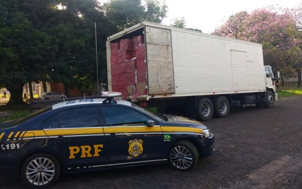 Caminhão carregado com cigarros contrabandeados é apreendido na BR-153 em Jaci (Foto: Divulgação/Polícia Rodoviária Federal)