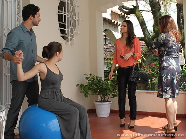 Leila chega com Neide e as duas não gostam de vê-lo por ali (Foto: Amor à Vida / TV Globo)