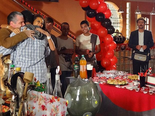 No sonho de Sandro, Otto, Penha e Patrick são uma família feliz (Foto: Cheias de Charme / TV Globo)