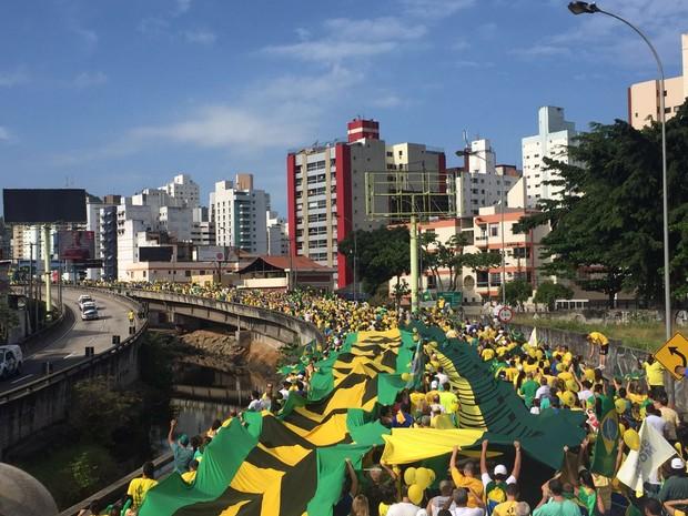 Manifestantes contra o governo Dilma atravessa a Terceira Ponte. A via liga a cidade de Vila Velha a Vitória. O grupo segue em direção à Praça do Papa, na capital do Espírito Santo. (Foto: Victoria Varejão/ G1)