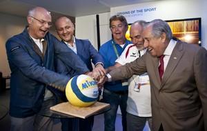 Para celebrar escolha de Viena, dirigentes cortam bolo na Casa do Vôlei (Foto: Divulgação/FIVB)