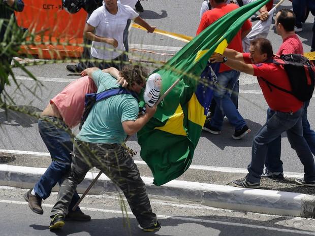 Manifestantes entrem em confronto em frente ao aeroporto de Congonhas, em São Paulo. O ex-presidente Luiz Inácio Lula da Silva prestou depoimento na sede da Polícia Federal no aeroporto (Foto: Nelson Antoine/AP)