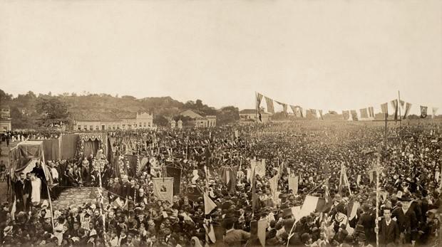 Missa campal celebrada em ação de graças pela abolição da escravatura no Brasil no campo de São Cristóvão, no Rio de Janeiro, em 1888 (Foto: Luiz Antonio Ferreira/Acervo Instituto Moreira Salles)