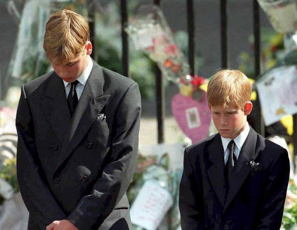 Foto de arquivo mostra os príncipes William (à esquerda) e o Harry durante o funeral da mãe, Princesa Diana, em setembro de 1997 (Foto: Adam Butler / AFP)