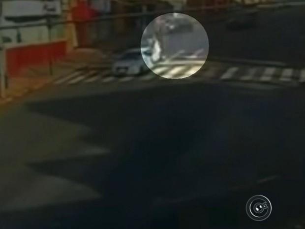 Motociclista foi arremessado após bater em carro (Foto: Reprodução / TV TEM)