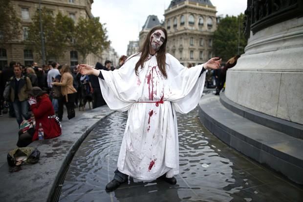 Caminhada zumbi ocorreu em Paris, na França (Foto: Benoit Tessier/Reuters)
