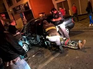 Motorista foi socorrido pela equipe do Corpo de Bombeiros em Itapetininga (Foto: TEM Você)