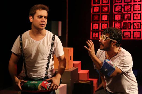 """Fábio Guará e Andrey Lopes em cena da peça """"Será que a Gente Influencia o Caetano?"""" (Foto: Dany Garcia)"""