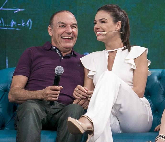 Isis Valverde com o pai no sofá do 'Tamanho Família' (Foto: Isabella Pinheiro / Gshow)