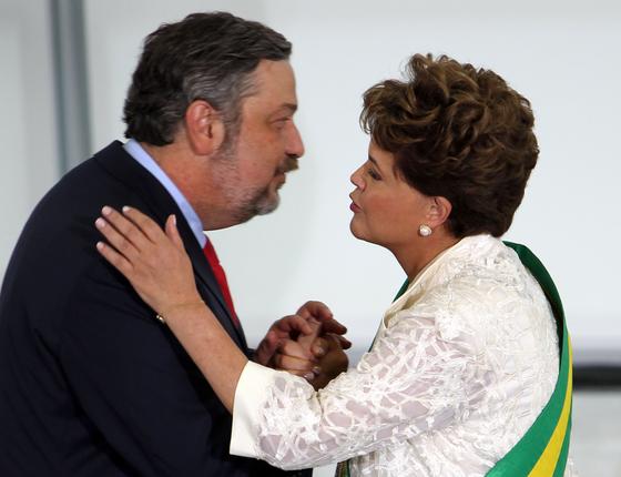 A presidente Dilma Rousseff é cumprimentada por Antônio Palocci, escolhido para chefiar a Casa Civil (Foto:  WILTON JUNIOR/ESTADÃO CONTEÚDO)