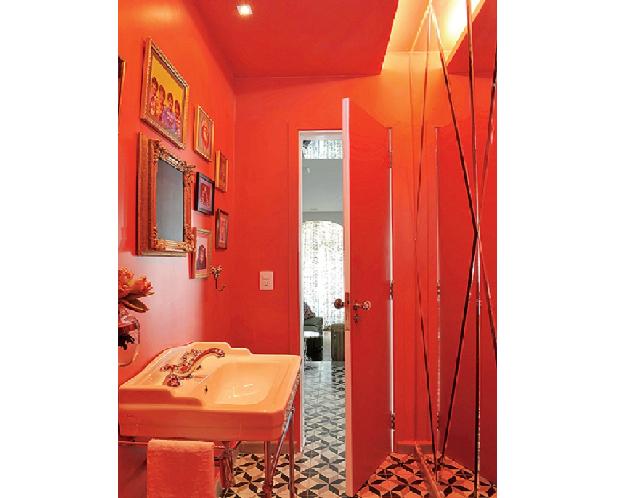 O lavabo projetado pelo designer Marcelo Rosenbaum tem teto e parede vermelhos. A monocromia é reforçada pelo espelho, que reflete o tom intenso (Foto: Marcelo Magnani/Casa e Jardim)