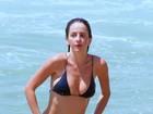 Erika Mader dá ajeitadinha em biquíni pequeno após mergulho em Ipanema