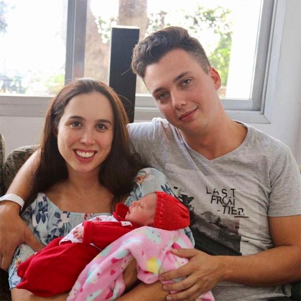 Yara e o marido com a pequena Samira nos braços, já em casa (Foto: Arquivo pessoal)