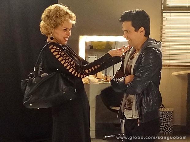 Bárbara não perde tempo e dá em cima de Filipinho (Foto: Sangue Bom/TV Globo)