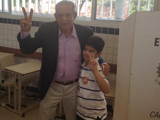 Candidato do PMDB ao governo de Goiás, Iris Rezende vota no Colégio Marista, em Goiânia (Foto: Sílvio Túlio/G1)