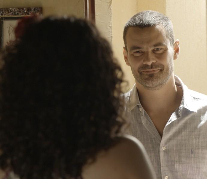 César chega de surpresa na casa de Domingas (Foto: TV Globo)
