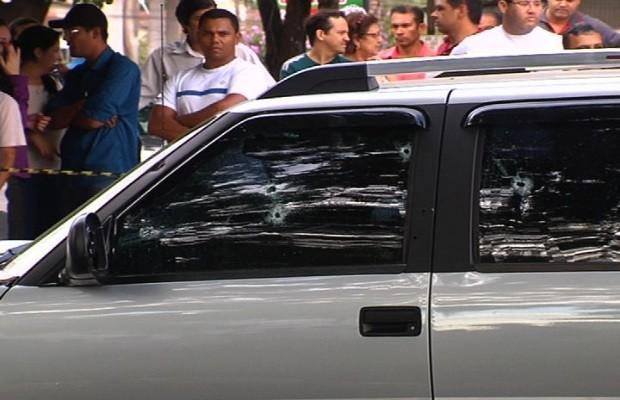 Caminhonete foi atingida por aproximadamente 12 tiros, diz PM (Foto: Reprodução/TV Anhanguera)