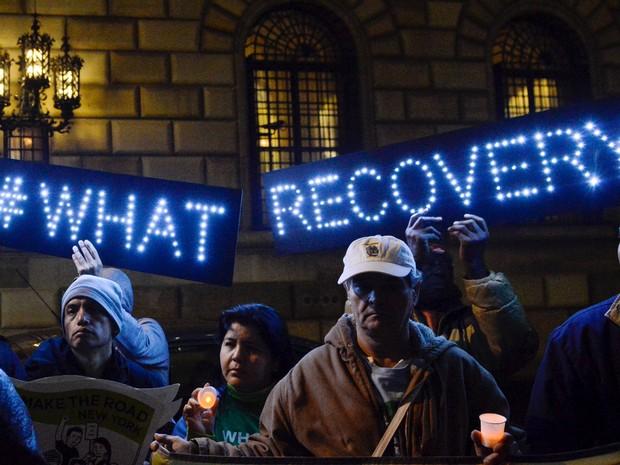 Ativistas protestam contra a alta dos juros em frente à sede do Fd em Nova York, nesta terça-feira (15) (Foto: REUTERS/Stephanie Keith)