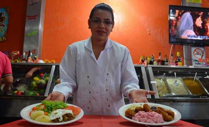 Nutricionista mostra a diferença da refeição para a passista e para o folião (Foto: Jheniffer Núbia)