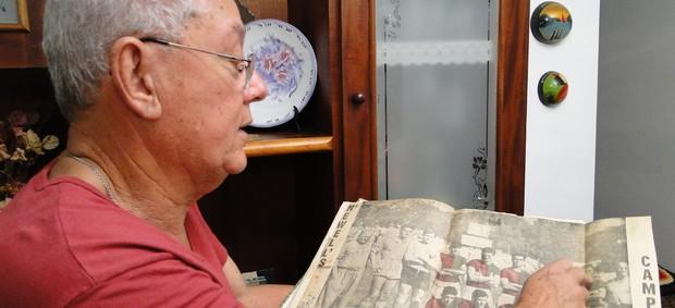 Eduardo Pimentel mostra foto de quando foi campeão com o Newell´s Old Boys em 1961 (Foto: Valeska Silva / Globoesporte.com)