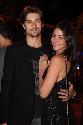 Carol Castro  e o marido, Raphael Sander, em festa na Zona Sul do Rio (Foto: Claudio Andrade/ Foto Rio News)