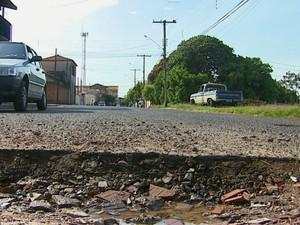 Moradores de São Carlos reclamam de buracos que a Prefeitura não arruma (Foto: Reginaldo dos Santos/EPTV)