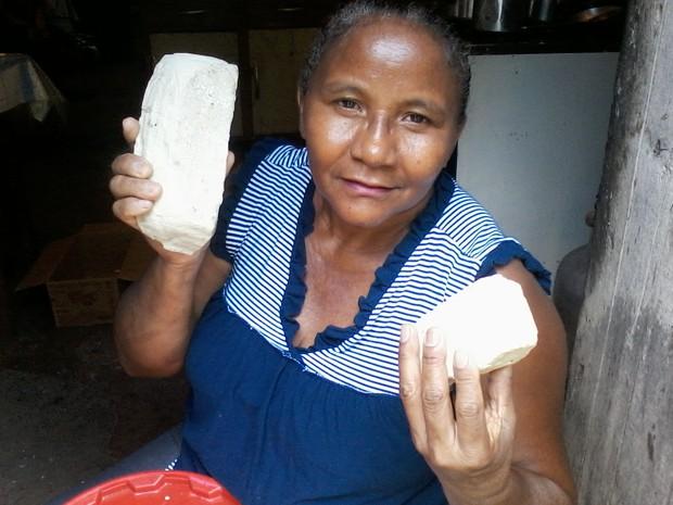 Dona de casa produzi sabão caseiro usando óleo de cozinha. (Foto: Gilcilene Araújo/G1)