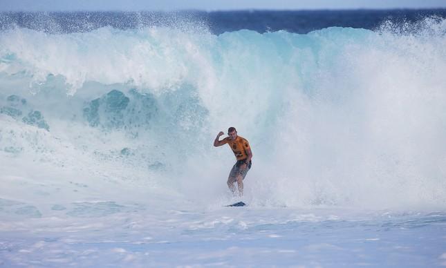 Mick Fanning comemora após uma onda no WCT de Pipeline