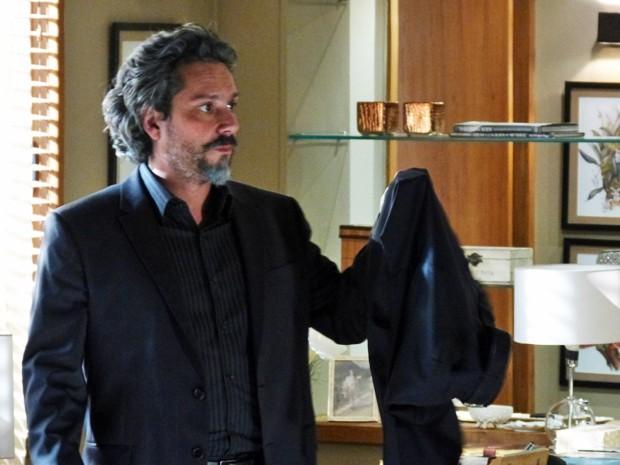 Comendador espera Marta se ausentar e entra no quarto (Foto: Gshow)