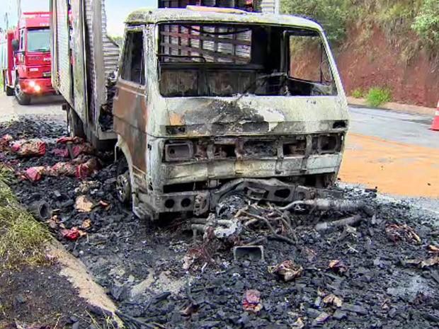 Motociclista morre após bater de frente com caminhão em Jacareí, SP (Foto: Peterson Grecco/TV Vanguarda)