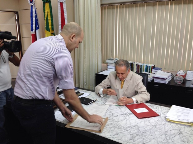Presidente do Tribunal de Justiça do Amazonas, Ari Moutinho, no momento em que recebeu os documentos do Ministério Público (Foto: Divulgação/TJAM)