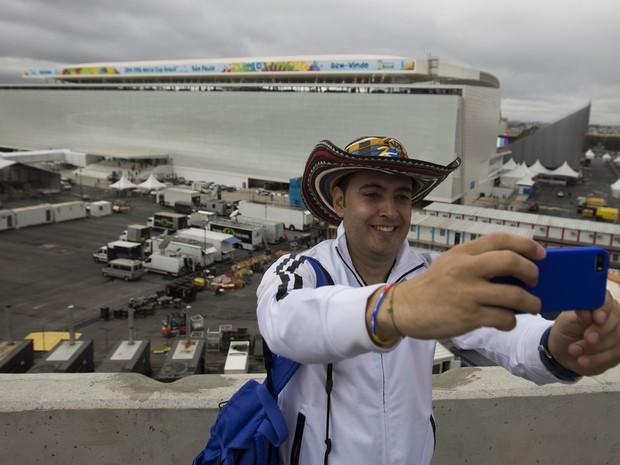 Torcedor colombiano faz selfie com a Arena Corinthians de fundo (Foto: Eduardo Verdugo/AP)