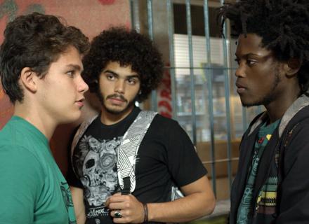 Beto e Pedro bolam por Artur ter apanhado dos garotos do Leal