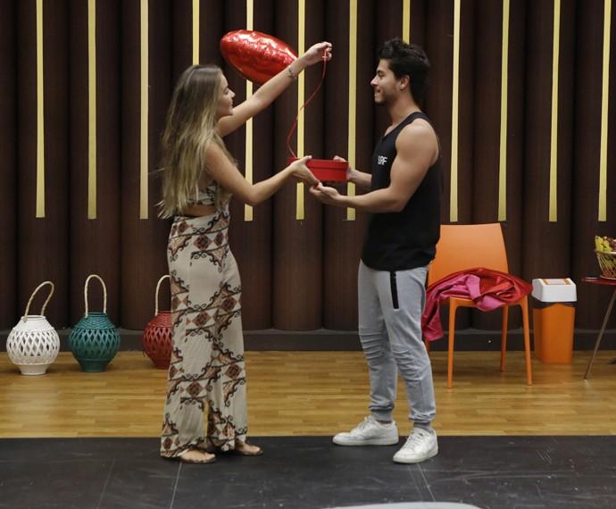 Camila presenteou Arthur Aguiar com uma caixa de chocolates em formato de coração (Foto: Fábio Rocha / Gshow)