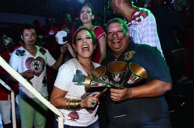 Susana Vieira se diverte entre os ritmistas (Foto: William Oda / AgNews)