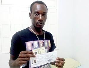 Innocent Olibrice, haitiano, jogador do Rio Branco-AC, apresenta os documentos (Foto: João Paulo Maia)