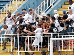 Torcedores de Atlético-PR e Vasco entraram em confronto neste domingo, na Arena Joinville (Foto: Reuters)