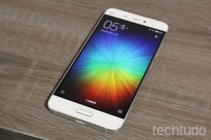Mi 5 tem tela de 5,15 polegadas e MIUI 7 baseada no Android 6.0 (Foto: Thassius Veloso/TechTudo)