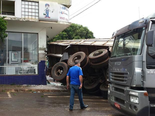 Caminhão ficou tombado ao lado da loja de material de construção (Foto: Arquivo Pessoal)
