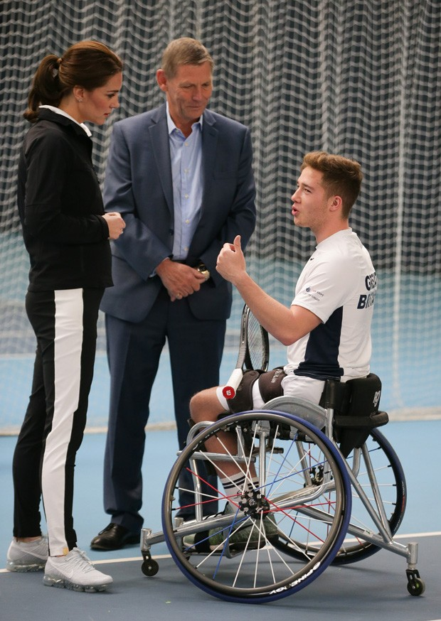 LONDON, UNITED KINGDOM - OCTOBER 31: Catherine, Duchess of Cambridge, talks with President of the LTA, Martin Corrie (C) and British tennis player Alfie Hewett (R) during a visit at the Lawn Tennis Association (LTA) at the National Tennis Centre on Octobe (Foto: Getty Images)