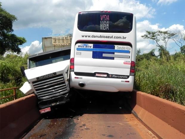 A precipitação de dois motoristas provocou um acidente entre um ônibus e um caminhão, na tarde desta quarta-feira (28), em Cajuru (SP). Eles atravessavam uma ponte ao mesmo tempo, mas apenas um veículo por vez consegue passar pela ponte. Apesar do susto, nenhum dos motoristas envolvidos ficou ferido. O trânsito no local ficou interditado e a ponte ainda não foi liberada. (Foto: O Jornalzão)