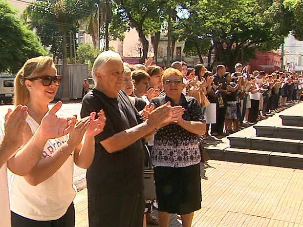 Fieis se reuniram no entorno da Catedral para protestar contra estação de ônibus no local (Foto: Paulo Souza/EPTV)