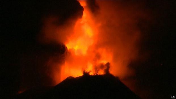 """O monte Etna, um dos vulcões mais ativos da Europa, entrou em erupção em """"modo espetacular"""" pela primeira vez em dois anos (Foto: RAI/BBC)"""