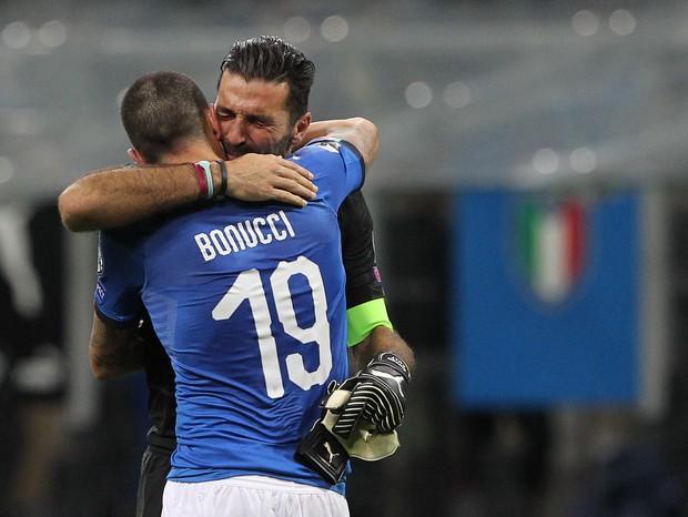 Buffon chora com Bonucci após eliminação da Itália (Foto: getty images)