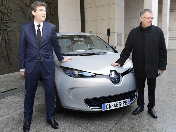 Ministro francês da indústria, Arnaud Montebourg, recebe o modelo Zoe do diretor geral do grupo Renault, Carlos Tavares (Foto: BERTRAND GUAY/AFP)