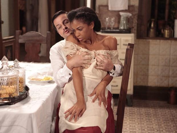 Tonico não se aguenta e agarra Fabiana (Foto: Gabriela / TV Globo)