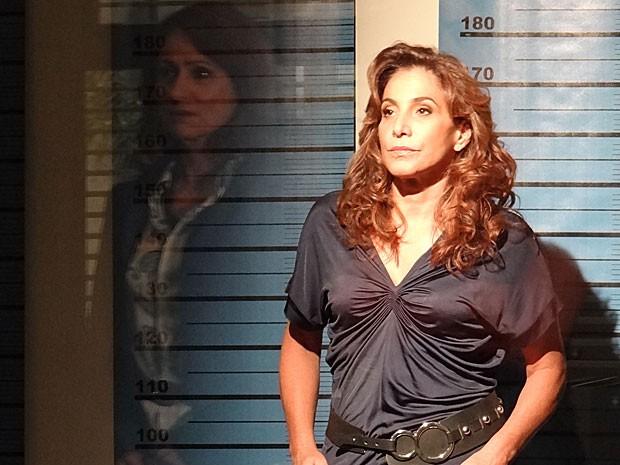 Berna vê Wanda do outro lado do vidro (Foto: Salve Jorge/TV Globo)