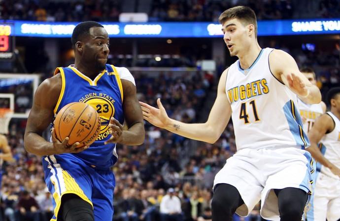 Draymond Green e Juancho Hernagomez Warriors x Nuggets NBA (Foto: Reuters)