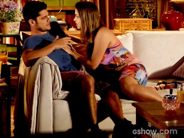 André tenta explicar para a amiga a importância da primeira vez (Foto: Em Família / TV Globo)