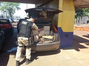 Segundo a polícia, cigarro é de fabricação Indonésia e cada maço custa aproximadamente R$ 10 no Brasil, (Foto: PRF/ Digulgação)